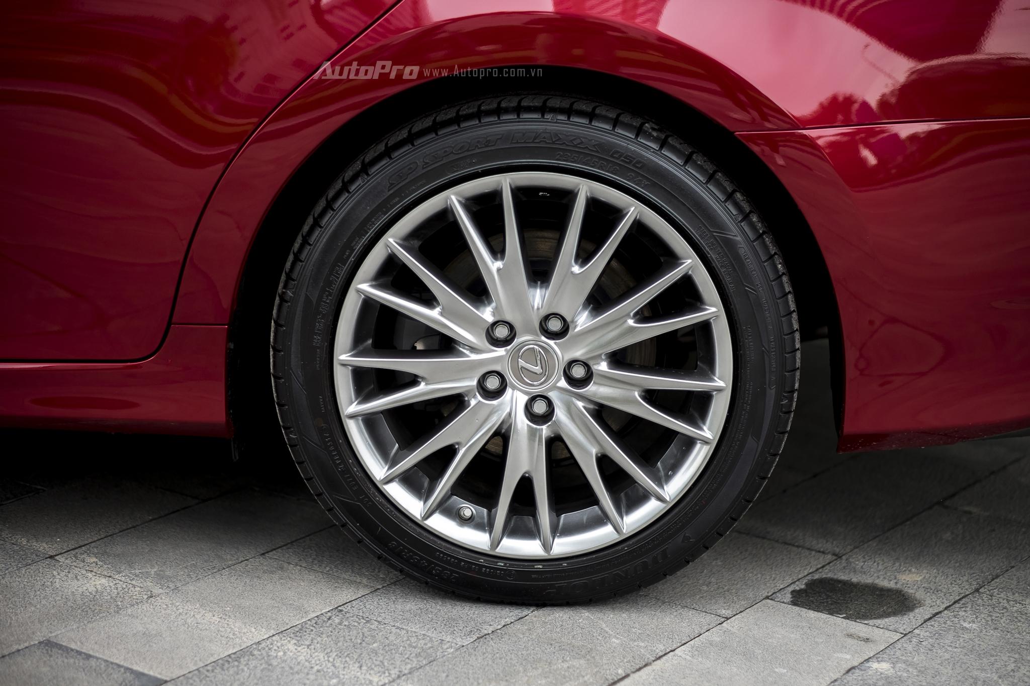 Và để đảm bảo an toàn, Lexus GS200t được trang bị đầy đủ các tính năng như hệ thống theo dõi cảnh báo áp suất lốp (TPMS), cảnh báo điểm mù (BSM) và điều khiển khởi động (Drive Start Control). Các tính năng an toàn chủ động khác vẫn được trang bị trên xe, bao gồm hệ thống hỗ trợ khởi hành ngang dốc (HAS), kiểm soát lực kéo (TRC), ổn định thân xe (VSC), chống bó cứng phanh đa địa hình (ABS), phân phối lực phanh điện tử (EBD), hỗ trợ lực phanh khẩn cấp (BA), kiểm soát lực bám đường (TRAC) và kiểm soát hành trình (Cruise Control).