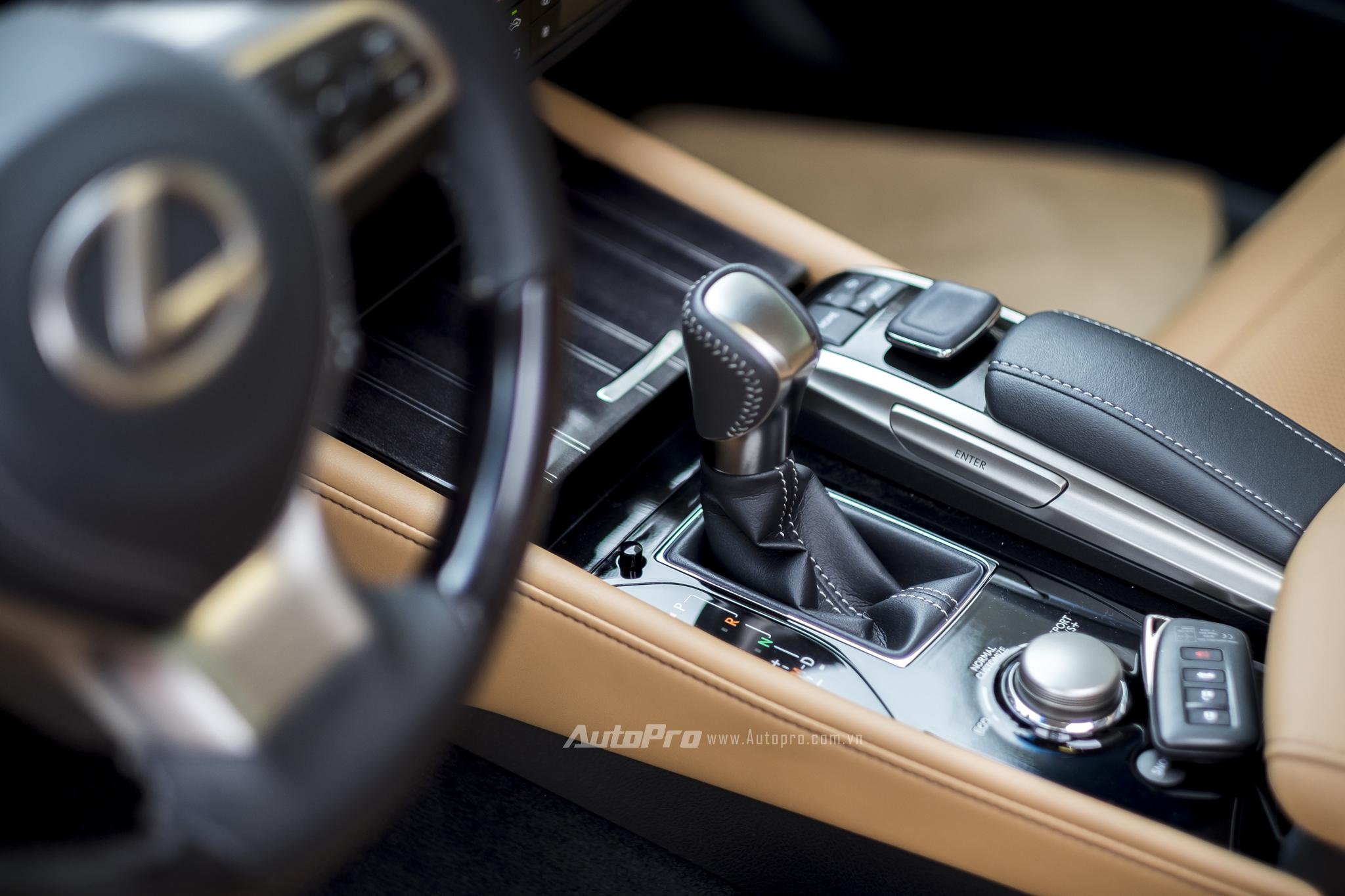 Xe được trang bị hộp số tự động 8 cấp.