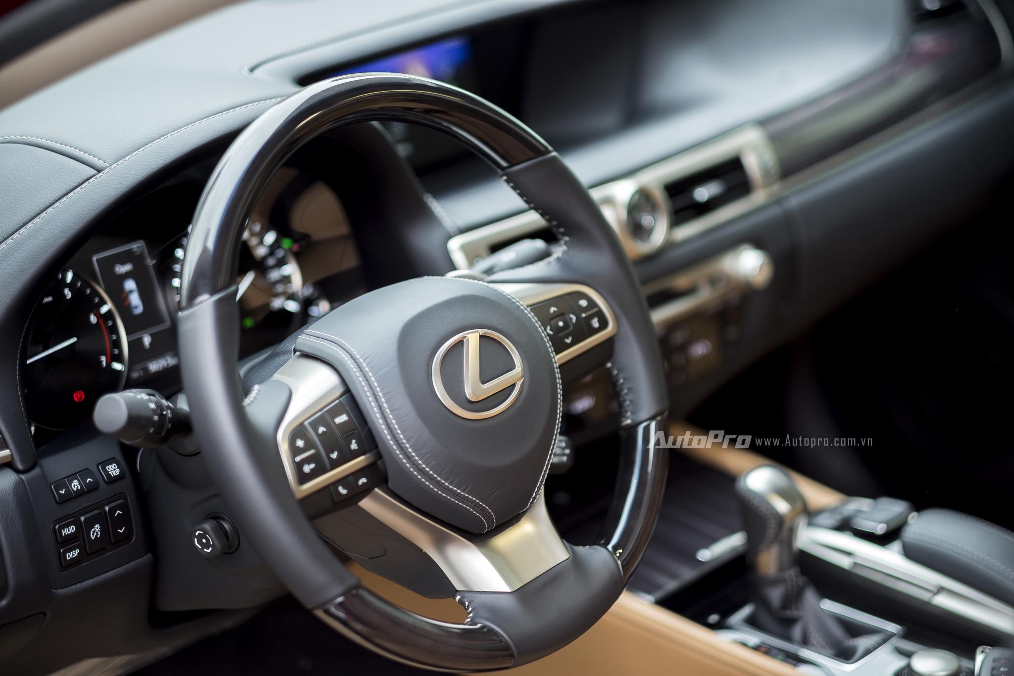 Vô-lăng ba chấu cùng hàng loạt nút bấm được trang bị trên Lexus GS200t. Bên cạnh đó, xe cũng được trang bị lẫy gẩy số trên tay lái và cần gạt kích thoạt hệ thống kiểm soát hành trình Cruise Control ở bên phải.