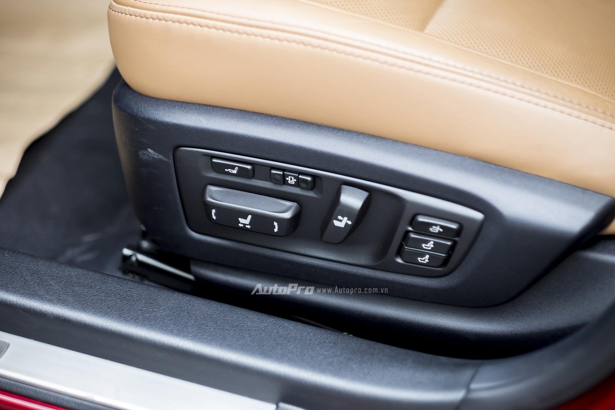 Hàng ghế trước có khả năng điều chỉnh điện 18 hướng cùng hệ thống sưởi và mát-xa được trang bị ở cả 2 hàng ghế.