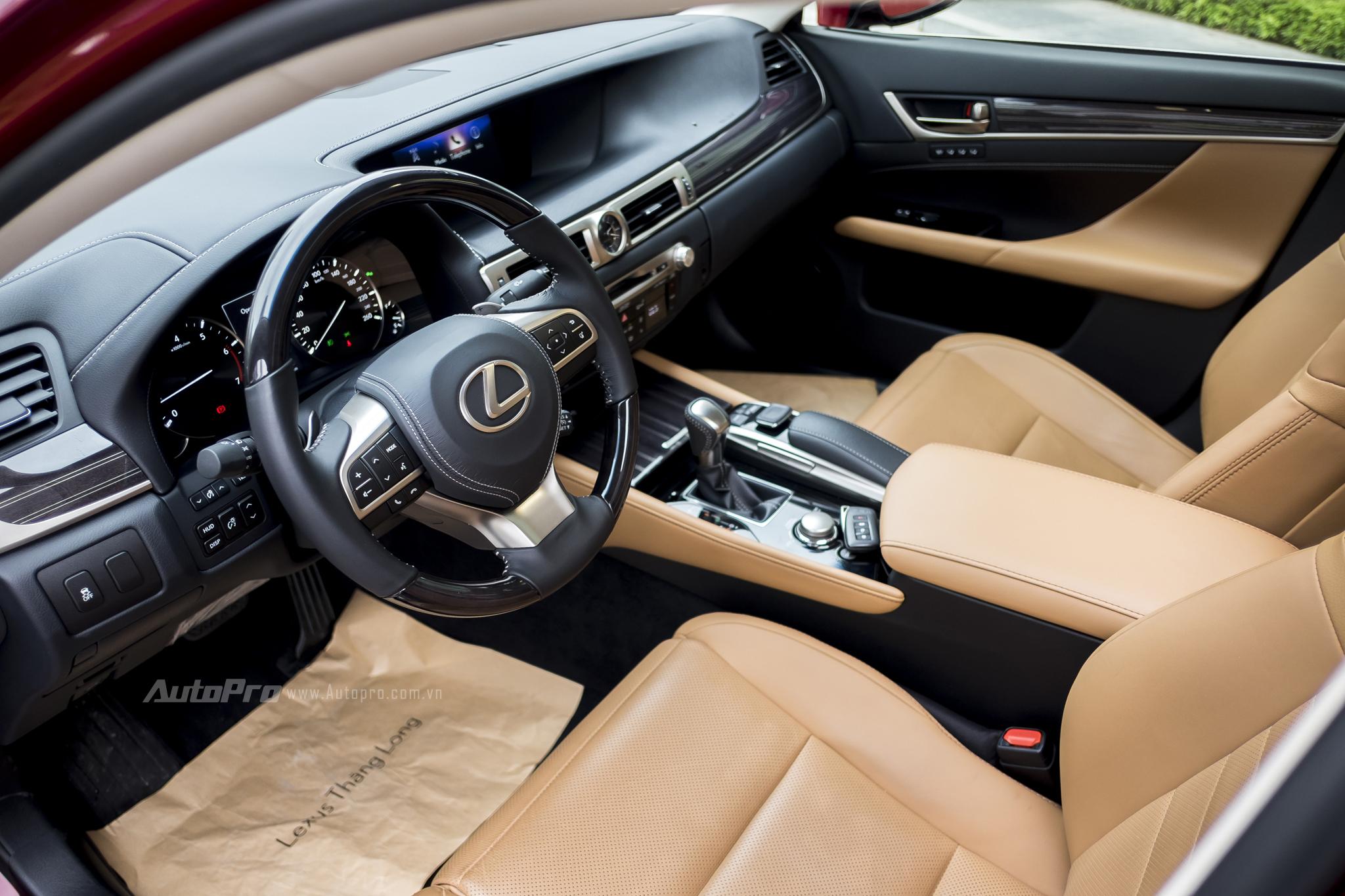 Không gian nội thất bên trong là sự kết hợp của da và ốp gỗ để mang lại cảm giác trang trọng vừa đủ cho một mẫu sedan như Lexus GS200t.