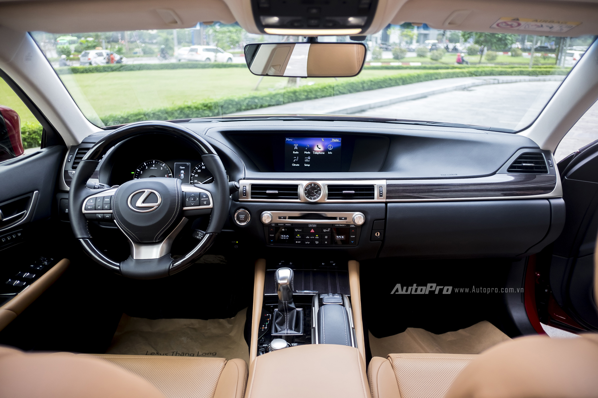Không gian bên trong Lexus GS200t vẫn giữ nguyên những đường nét vuông vắn, đơn giản và rất đặc trưng.