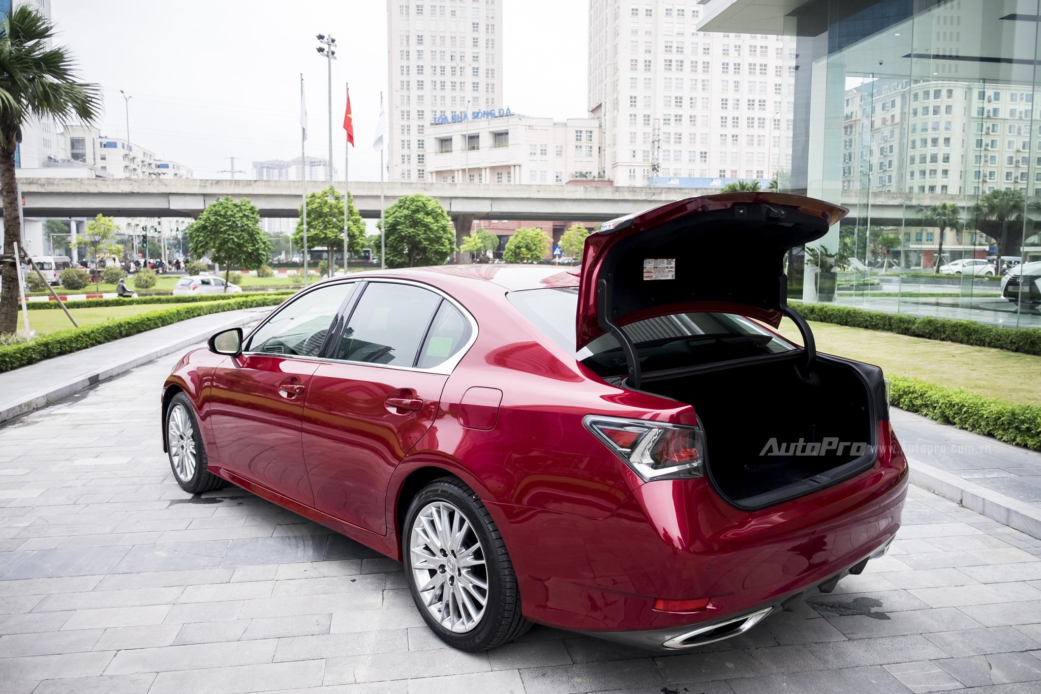 Khoang hành lý của Lexus GS200t có thể tích 405 lít, đủ rộng rãi để chứa 4 bộ gậy golf kèm 4 túi đựng đồ thể thao.