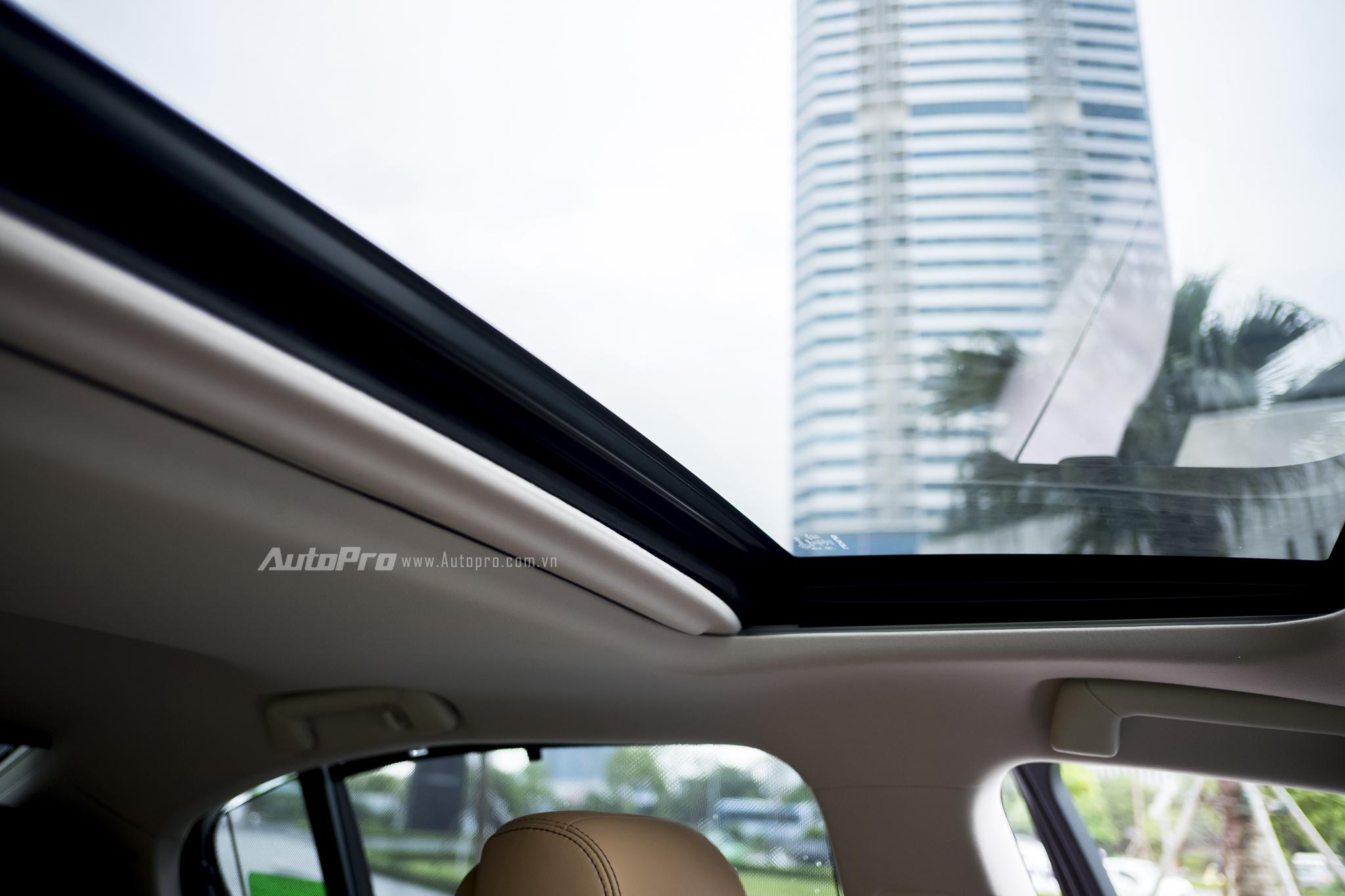 Cửa sổ trời cũng là một option khong thể thiếu với một chiếc sedan như Lexus GS200t.