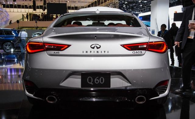 Vòng ra phía đuôi xe, Infiniti Q60 Coupe 2017 tạo điểm nhấn với thiết kế bay bổng của cụm đèn hậu LED và cản va sau bo tròn đẹp mắt.