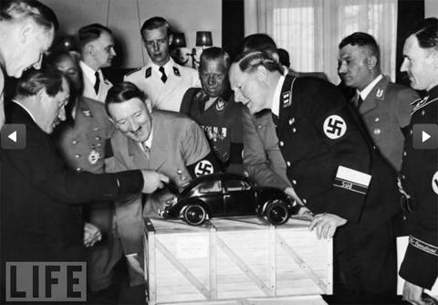 Kỹ sư Ferdinand Porsche đang giới thiệu về Beetle cho nhà độc tài Hitler. Và lúc ban đầu chiếc xe con bọ có tên là KdF-Wagen.