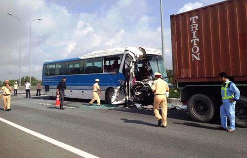 Hiện trường vụ tai nạn khiến phụ xe khách tử vong, nhiều người bị thương trên cao tốc TP.HCM – Long Thành