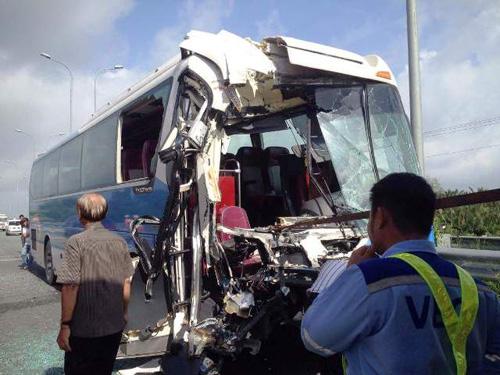 Xe khách bị vỡ nát phần đầu