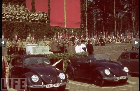 Adoft Hitler phát biểu tại nhà máy của Volkswagen vào năm 1938.