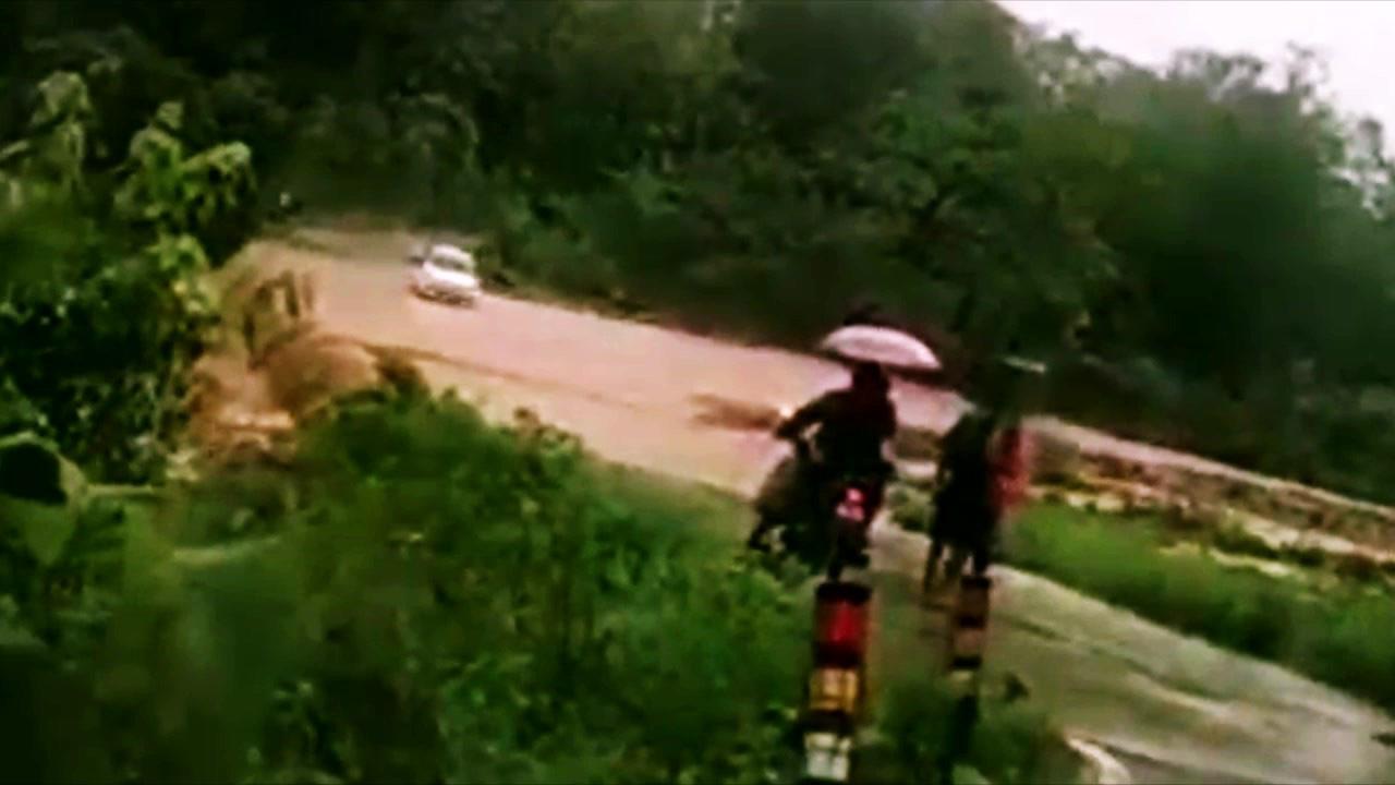 Cố gắng vượt dòng nước siết, cả gia đình cùng xe rơi xuống thác nước, bị cuốn trôi