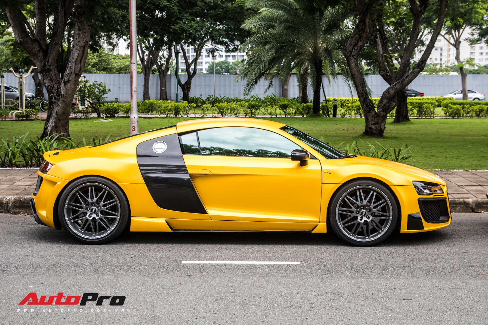 Ngắm Audi R8 V8 độ Prior Design 'hàng độc' lăn bánh phố Sài Gòn