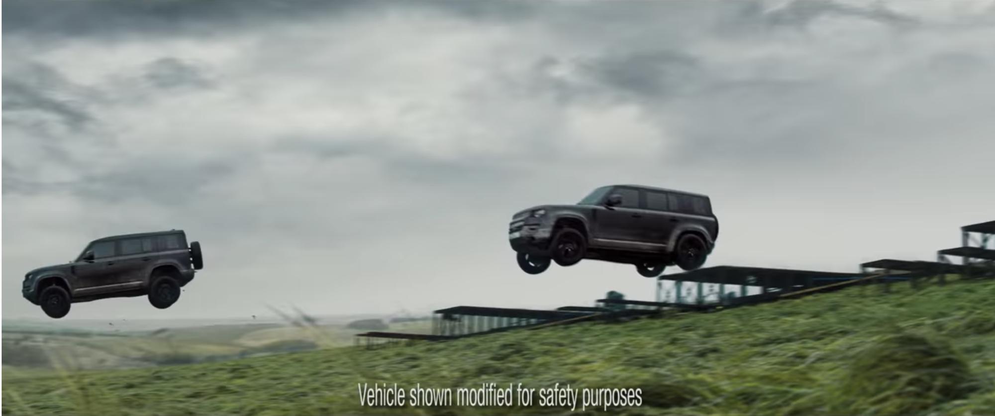 Mãn nhãn cảnh Defender bay như chim trong phần mới của Điệp viên 007