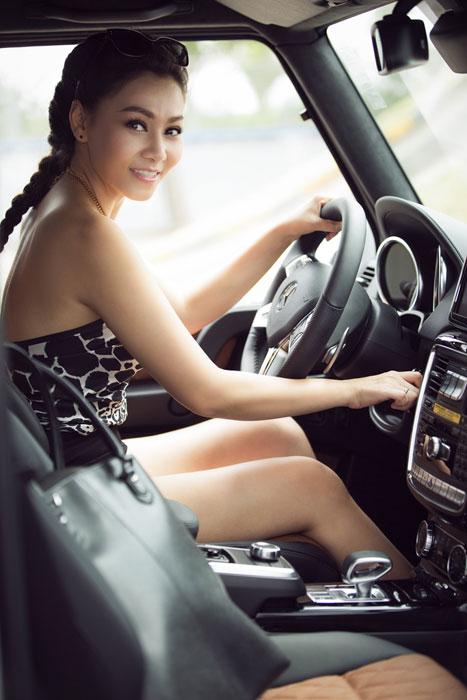 Thu Minh khoe lưng trần bên Mercedes-Benz G63 AMG  5