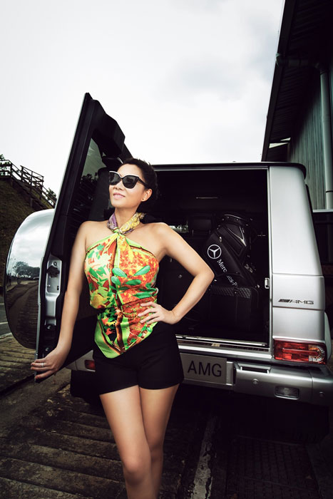 Thu Minh khoe lưng trần bên Mercedes-Benz G63 AMG  11