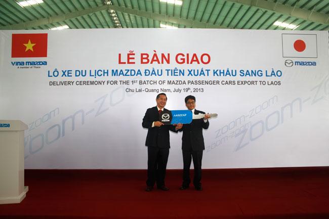 Việt Nam lần đầu xuất lô xe du lịch Mazda sang Lào 1