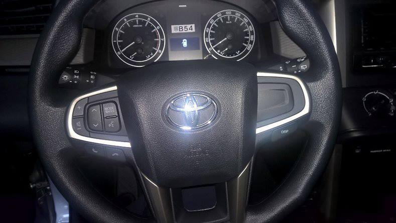 Cận cảnh vô lăng của Toyota Innova 2016 bản E.