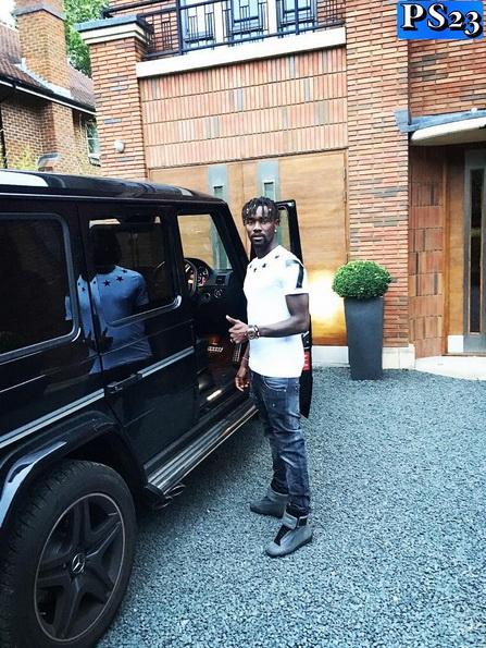 Pape Souare chụp ảnh cùng chiếc Mercedes-Benz G63 AMG khi vụ tai nạn chưa xảy ra.