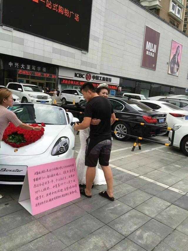 Sau khi ôm Tiểu Ngư, những người đàn ông được tặng một bông hoa hồng lấy từ nắp capô của chiếc Porsche Boxster.