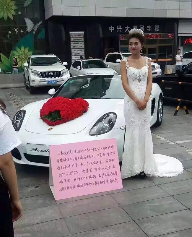 Cô gái mặc áo cưới, đứng cạnh chiếc Porsche Boxster để kén chồng.