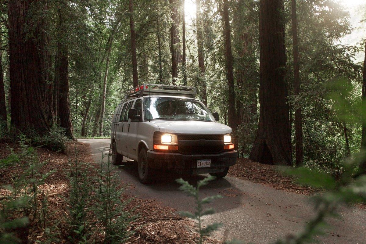 Anh lái chiếc xe van đi khắp nơi trên đất Mỹ để theo đuổi những dự án làm phim riêng.