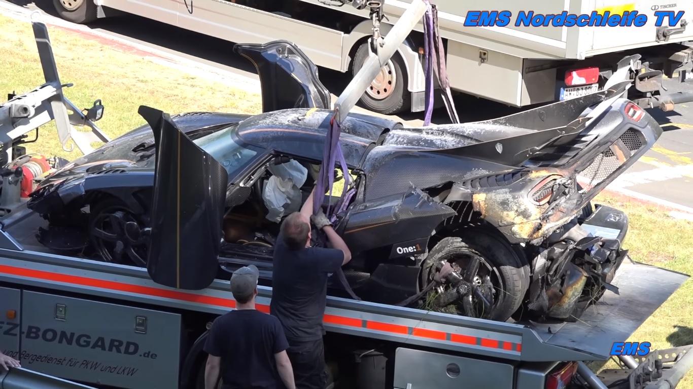 Túi khí trong xe đã bung ra, một phần nhờ đó mà người lái chiếc Koenigsegg One:1 thoát chết.