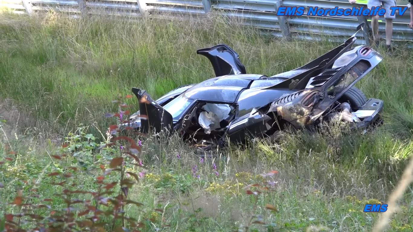 Siêu xe Koenigsegg One:1 nằm trong bãi cỏ sau vụ tai nạn trên đường đua Nurburgring.