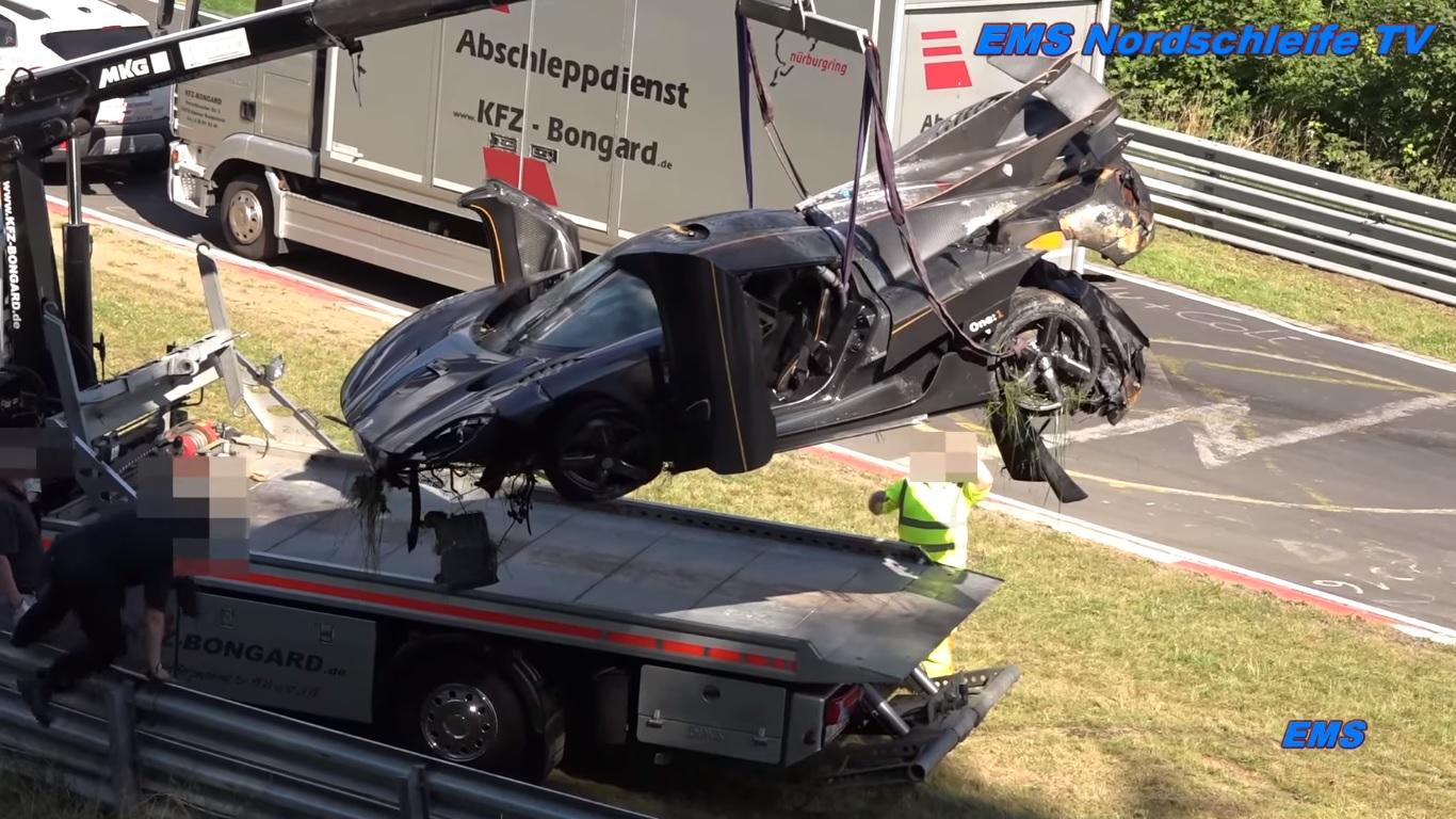 Chiếc Koenigsegg One:1 được cẩu lên xe cứu hộ trong tình trạng tan nát.