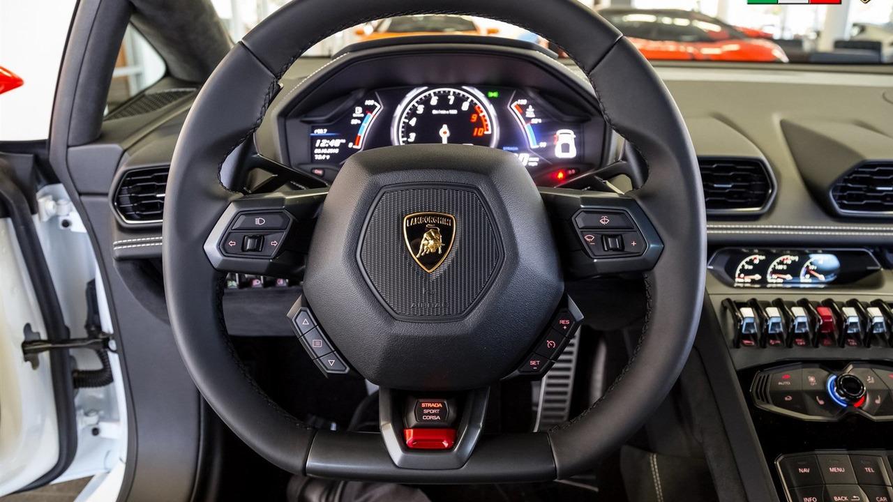 Như đã biết, gói phụ kiện chính hãng không giúp Lamborghini Huracan tăng sức mạnh. Do đó, xe vẫn sử dụng động cơ V10, hút khí tự nhiên, dung tích 5,2 lít tiêu chuẩn.