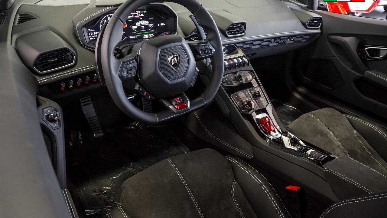 Tất cả đều nằm trong gói phụ kiện chính hãng trị giá lên đến 22.484 USD, tương đương 502 triệu Đồng. Với số tiền này, khách hàng tại Mỹ hoàn toàn có thể mua được một chiếc Toyota Camry hoặc Honda Accord đời mới.