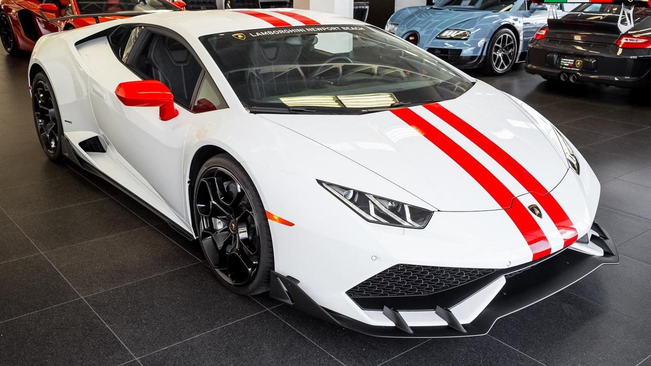 Chưa hết, chiếc Lamborghini Huracan còn được bổ sung cánh lướt gió trước...