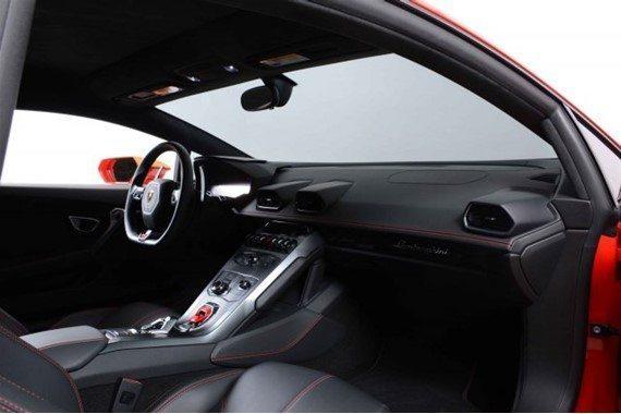 Trong khi đó, nội thất của xe được bọc da màu đen Nero ADE đối lập.