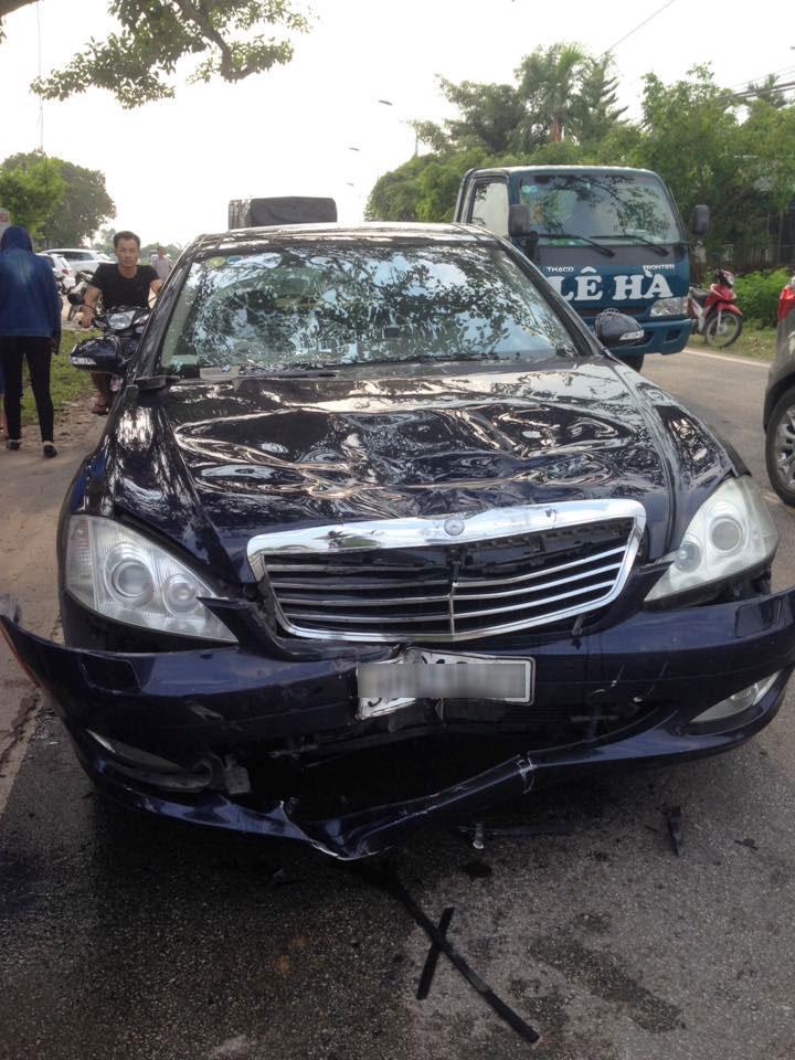Chiếc Mercedes-Benz S550 bị hư hỏng nặng phần đầu xe.