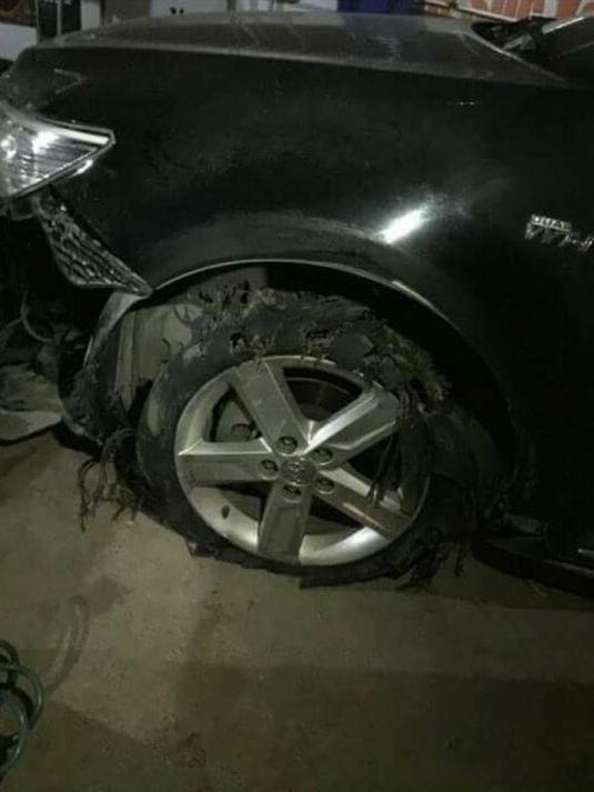 Chiếc Toyota Camry bị rách lốp trước bên trái.