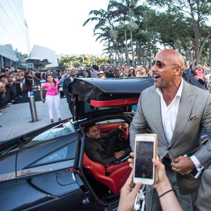 Ông Brett David đích thân cầm lái siêu xe Pagani Huayra để chở The Rock đến sự kiện ra mắt phim.