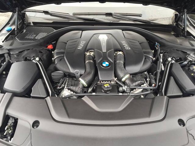 So với 2 phiên bản còn lại, BMW 750 Li 2016 mạnh mẽ hơn khi được trang bị động cơ V8, dung tích 4,4 lít, sản sinh công suất tối đa 450 mã lực và mô-men xoắn cực đại 650 Nm. Kết hợp cùng hộp số tự động 8 cấp, BMW 750Li chỉ mất 4,4 giây để tăng tốc lên 100 km/h từ vị trí xuất phát, nhanh hơn 1,1 giây so với 740Li và 1,9 giây so với 730Li. Vận tốc tối đa của BMW 750Li 2016 vẫn là 250 km/h.
