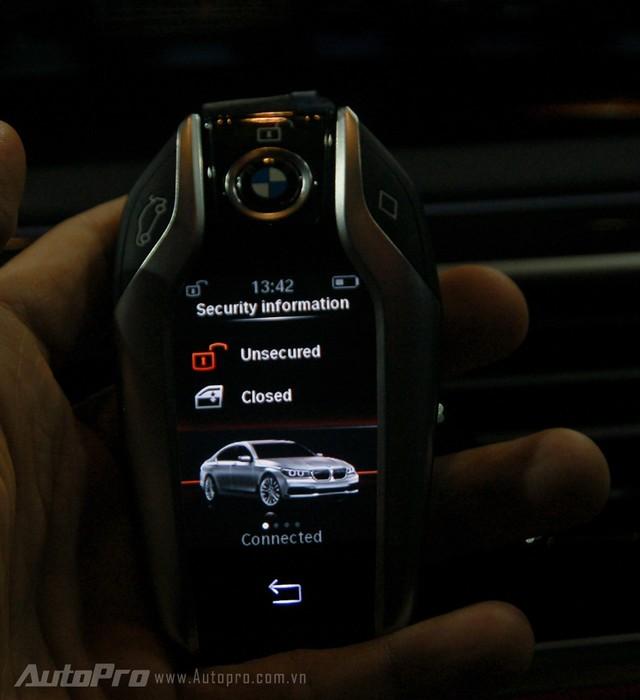 Tất nhiên, BMW BMW 750 Li 2016 vẫn sử dụng chiếc chìa khóa cảm ứng thông minh quen thuộc trên các dòng 740Li. Người lái có thể dùng chìa khóa để điều khiển một số chức năng cơ bản như bật điều hòa từ xa, hạ hay nâng kính xe từ bên ngoài. Ngoài ra, màn hình của chìa khóa còn hiển thị nhiều thông số lái khá tiện lợi.