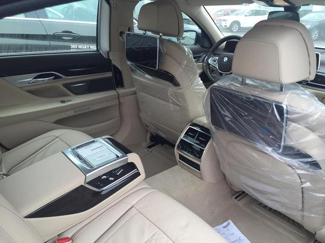 Màn hình cảm ứng trung tâm 10,25 inch ngoài tính năng giải trí còn đảm nhận thêm thao tác điều khiển bằng cử chỉ (BMW Gesture Control) cho phép người lái tùy chỉnh chỉ bằng 6 động tác tay đơn giản. Tính năng này sẽ hỗ trợ người lái trong việc chuyển đổi giữa các chức năng như Touch Display và iDrive Touch Control một cách thuận tiện mà lại an toàn.