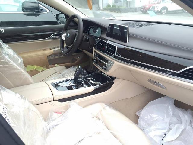 Thay cho loại da Dakota, BMW 750Li thế hệ mới được trang bị tùy chọn da Nappa cao cấp màu kem ấn tượng, đi kèm là các chi tiết ốp gỗ Fineline mang đến không gian sang trọng. Hệ thống giải trí cao cấp với màn hình cảm ứng 10,25 inch trung tâm kết hợp cùng núm điều khiển iDrive nổi tiếng đặt bên cạnh cần số.