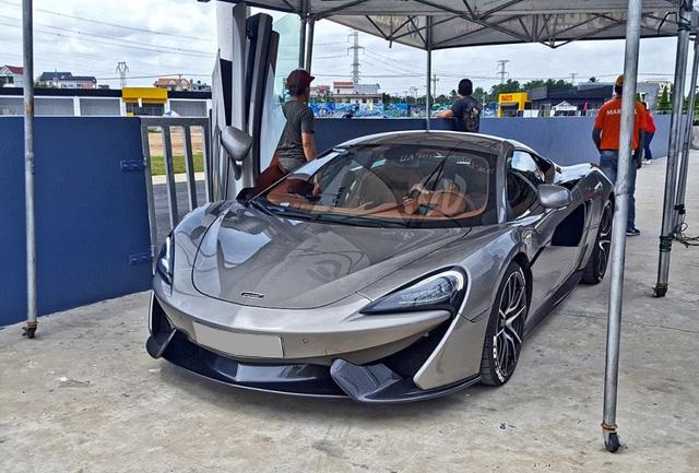 McLaren 570S là dòng xe thể thao hoàn toàn mới được sinh ra nhằm để cạnh tranh cùng các đối thủ như Audi R8, Porsche 911 Turbo S và xa hơn là Lamborghini Huracan LP610-4. 570S sử dụng động cơ V8, tăng táp kép, dung tích 3,8 lít, sản sinh công suất tối đa 562 mã lực, thời gian tăng tốc từ 0-100 km/h vào khoảng 3,2 giây trước khi đạt vận tốc tối đa 328 km/h.