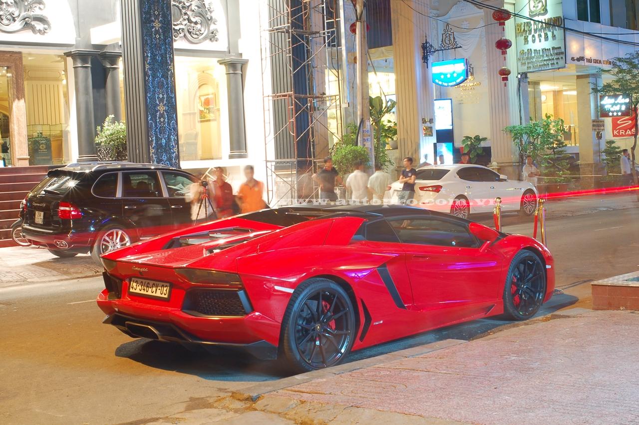 Lamborghini Aventador LP700-4 Roadster đầu tiên xuất hiện tại Việt Nam vào cuối tháng 10 năm ngoái khiến giới chơi xe cả nước xôn xao và choáng váng, ngay sau khi về nước siêu xe hàng độc được vận chuyển về cho chủ nhân sinh sống tại Hải Phòng. Sau vài tháng sử dụng, siêu xe này được chuyển hộ khẩu về Hà Nội vào cuối tháng 3 vừa qua, sau đó siêu xe này được chủ nhân vận chuyển ra Đà Nẵng để đăng ký biển số.