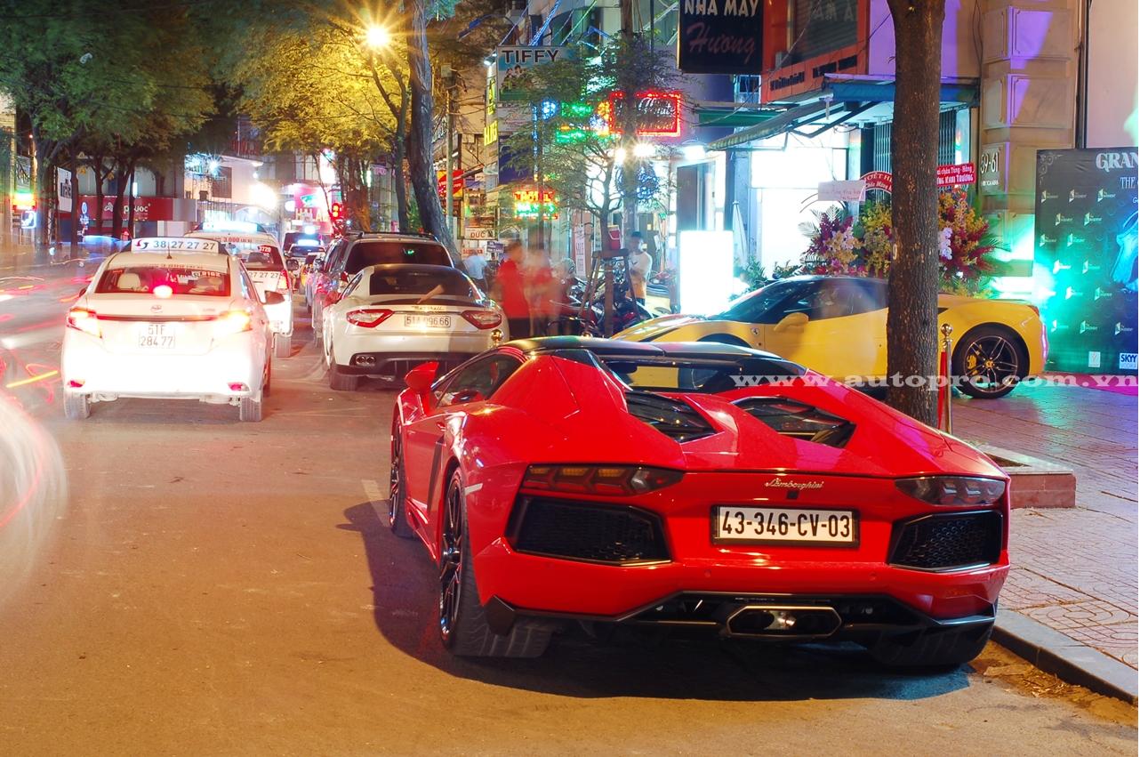 Hàng chục siêu xe và xe sang xếp hàng dài trên con phố nhỏ gần chợ Bến Thành, Quận 1, khiến vài người đi đường ngỡ như mình đang lạc vào thiên đường tại Dubai.