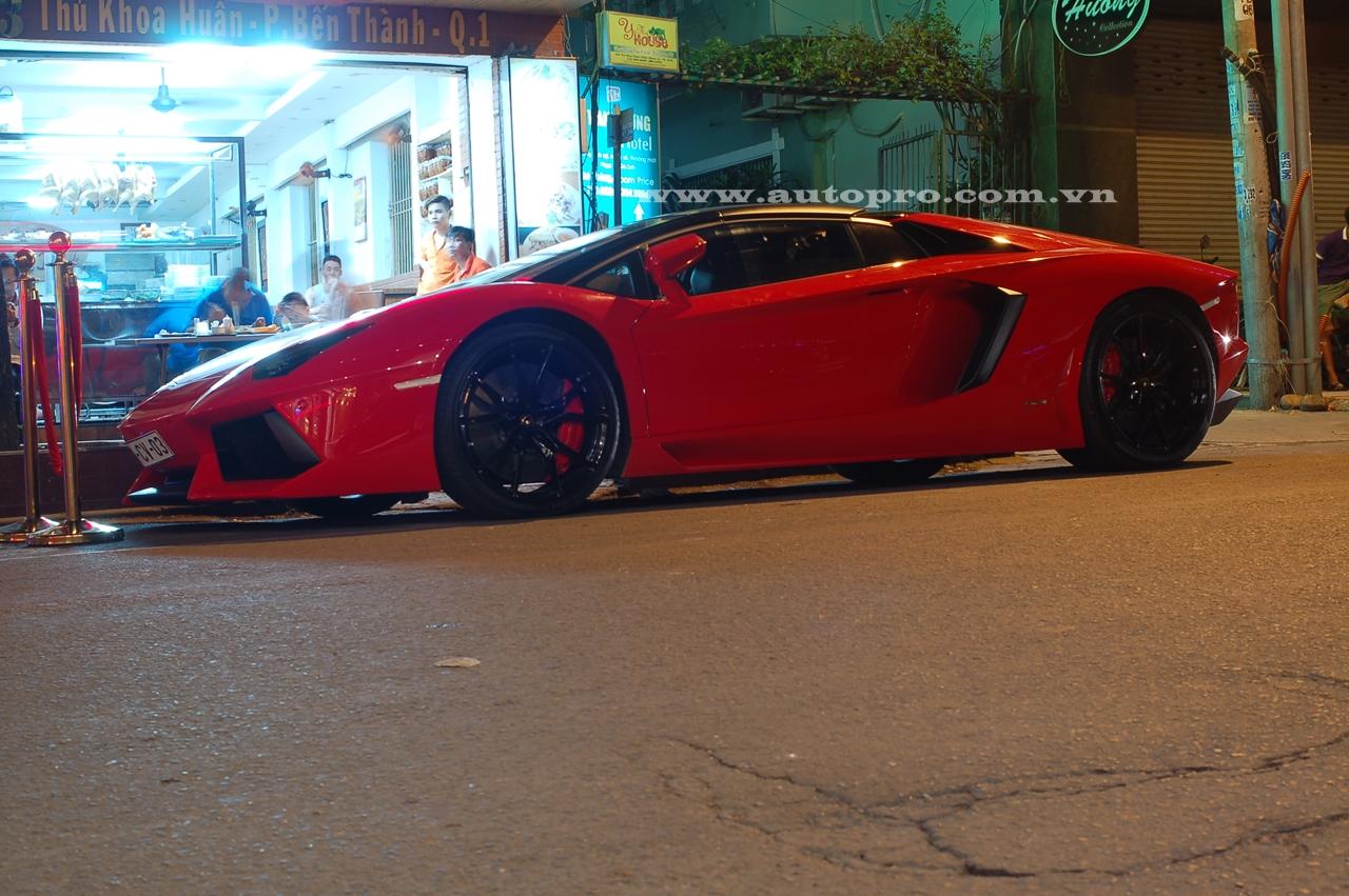 Siêu xe Aventador mui trần đầu tiên Việt Nam có ngoại thất đỏ bắt mắt, cùm phanh cũng được sơn màu đỏ tạo điểm nhấn cho bộ la-zăng 5 chấu kép thể thao đen bóng. Ngoài ra, cặp ống xả độ cũng mang đến âm thanh phấn khích hơn trước.