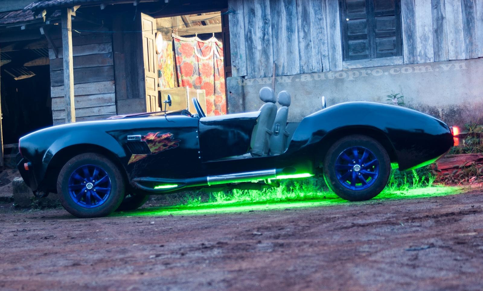 Shelby Cobra 427 trở nên lung linh hơn vào buổi tối nhờ đèn gầm có thể phát ra 5 màu sắc khác nhau.