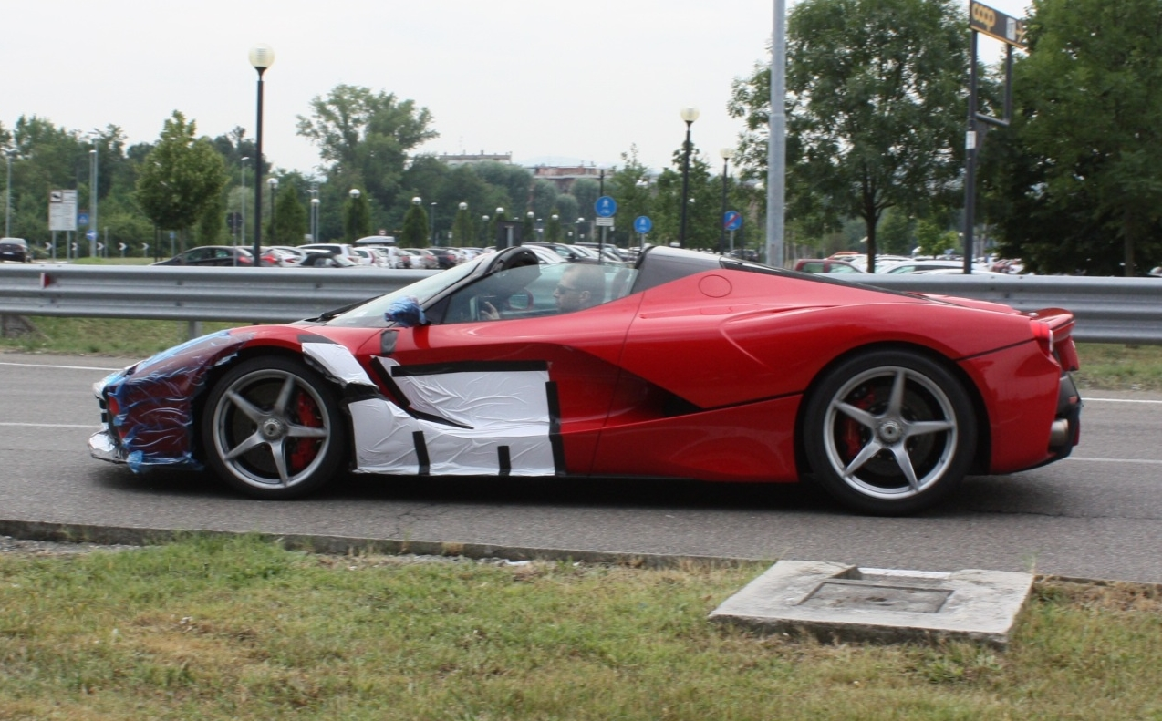 Hiện chưa có tên gọi chính thức cho phiên bản mui trần của Ferrari LaFerrari cũng như các thông số về chi tiết động cơ, giá bán và cả số lượng phiên bản sản xuất. Các thông tin trên sẽ được bật mí tại triển lãm Paris 2016, diễn ra vào tháng 10 sắp tới.