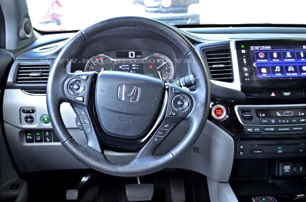Các trang bị an toàn cho Honda Pilot Elite 2016 bao gồm hệ thống giám sát điểm mù, cảm biến đỗ xe, hệ thống chống bó cứng phanh ABS, hệ thống cảnh báo vượt Road Departure Mitigation đầu tiên của hãng Honda và ngăn chuyển làn đường.