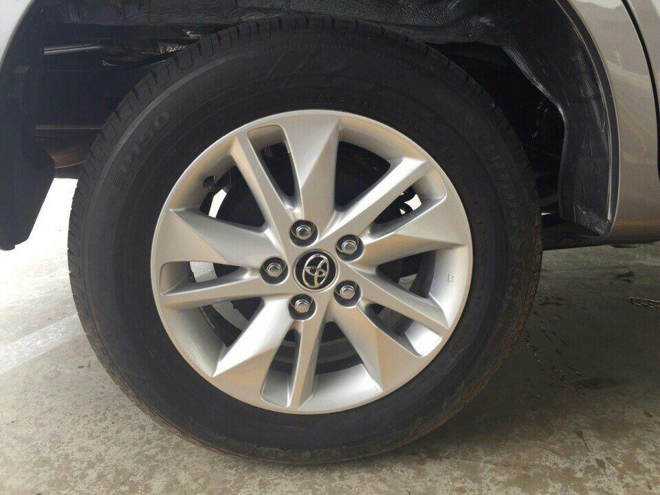 So với Innova đời cũ sử dụng vành 15 thì Toyota Innova 2016 phiên bản G,E được nâng lên vành kích cỡ 16. Trong khi đó phiên bản V cao cấp sử dụng vành kích cỡ 17.