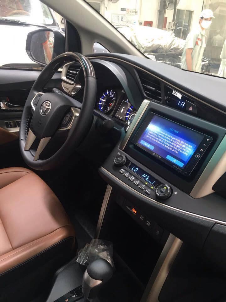 Nội thất bên trong chiếc xe Toyota Innova 2016 phiên bản V cao cấp này cũng được chau chuốt hơn khi sở hữu hệ thống khởi động nút bấm start/stop, màn hình trung tâm cỡ lớn cùng hệ thống điều hoà tự động.