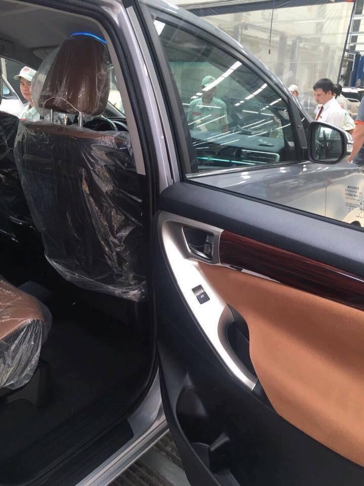 Bên trong xe còn được sử dụng một số chi tiết ốp vân gỗ và mạ crôm để tăng thêm phần trang trọng.
