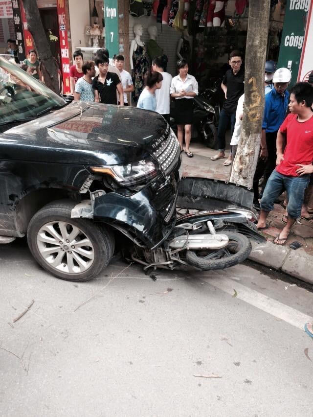 Hiện trường vụ tai nạn chiếc xe Range Rover đã cuốn chiếc xe máy vào gầm. (Ảnh: Viết Cường Nguyễn)
