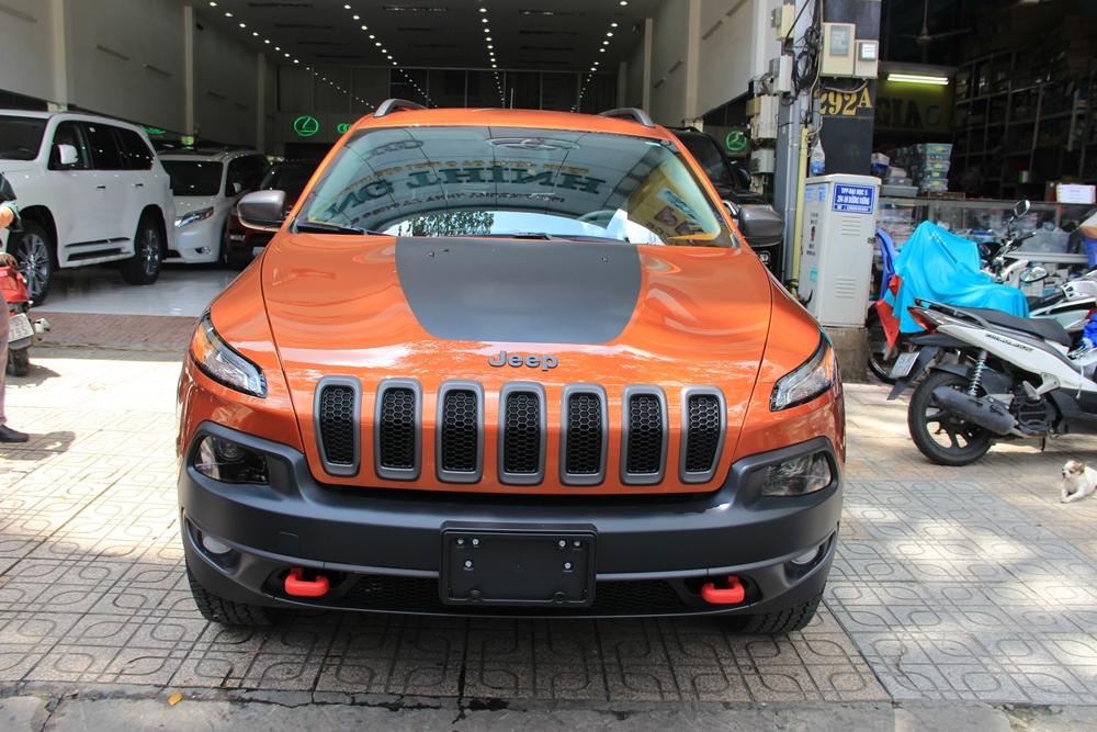 Những chiếc Jeep Cherokee đời mới được trình làng vào tháng 2/2013 có tất cả 4 phiên bản bao gồm tiêu chuẩn, Latitude, Limited và bản cao cấp nhất là Trailhawk. Chiếc Jeep Cherokee của đại gia Duy Lợi thuộc bản Trailhawk với mức giá tham khảo tại thị trường Việt Nam gần 1,1 tỷ Đồng.